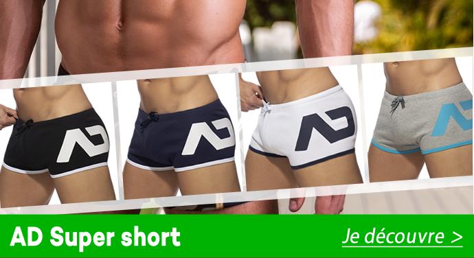 Vous aimerez la poche jean au dessus de la poitrine, ainsi que la broche ES Collection qui y est appliquée.